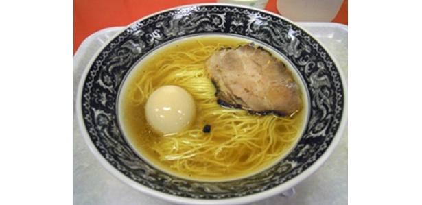 「中村屋」の特塩らーめん850円。透き通ったスープの中には凝縮されたうま味がたっぷり!