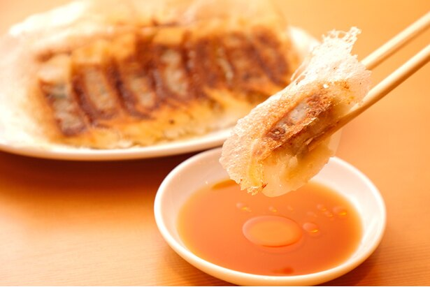 鹿児島のブランド豚「南洲金豚」を使った「黒豚焼き餃子」(7個420円、14個780円、21個1080円※税抜)