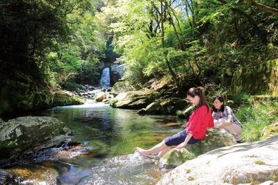 「岳間渓谷」は新緑のなか、冷たい水に触れて涼むことができる