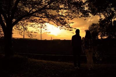 「道の駅 水辺プラザかもと」そばの川沿いあたりから夕日がよく見える