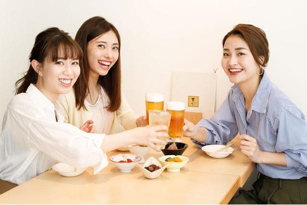 優奈「生ビールが220円で飲めるなんて!」、聖華「ハイボールも!」、みさき「こんなに安くていいの!?」