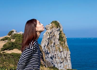 手のひらにのせたりキスをしたりと、猿岩を生かした撮影はアイデアの見せどころ