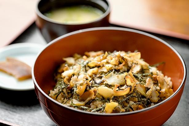 ウニの炊き込みご飯「うにめし」に、生のサザエを混ぜた「磯飯丼(1650円)」も人気