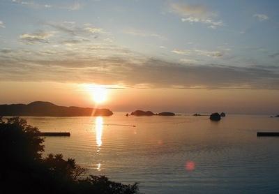 夕日の名所として知られる湯本温泉。「国民宿舎 壱岐島荘」ではロビーなどから夕景を楽しめる