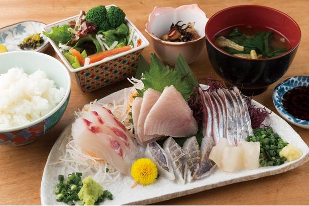 【写真を見る】新鮮なお刺身定食(1,700円)は単品(1,300円)でも提供。地魚刺身盛合せなどもあり、葉山でおいしいお魚が食べたいときにはここへ