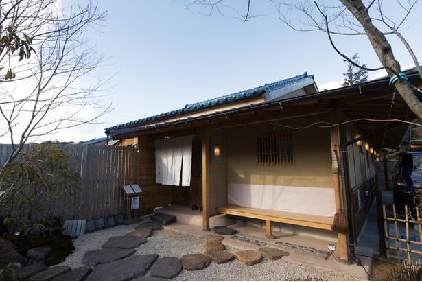 建物だけでなく、庭やアプローチなどの外溝にも藤本氏のこだわりが光る。将来、茶室を増築予定だそう