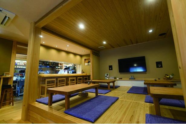 カウンターにはひのきの1枚板を使用。小上がりになっている座敷席の下部には収納スペースもあり、住居建築を心得た藤本氏の技が感じられる。テーブルも手作り