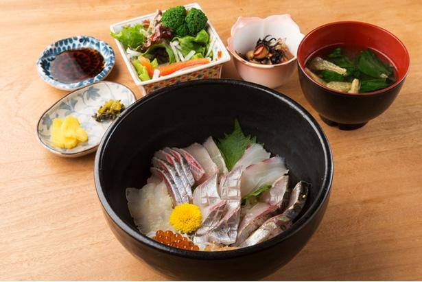 海鮮丼(1,500円)には小鉢、サラダ、漬物が付く。魚は横須賀の長井港に板長自らが買い付けに行くので鮮度と質は抜群
