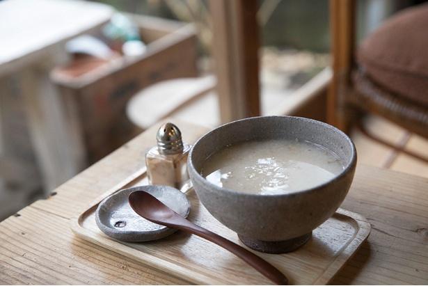 甘酒(400円・冬限定)にシナモンをかけるのは戸崎さんのオリジナルアイディア。加藤さんの茶碗でゆっくりといただきたい