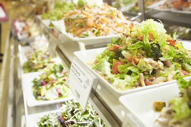 「ミルフィーユ盛り」ってなに!? 人気惣菜店のサラダを美味しく見せる秘けつ