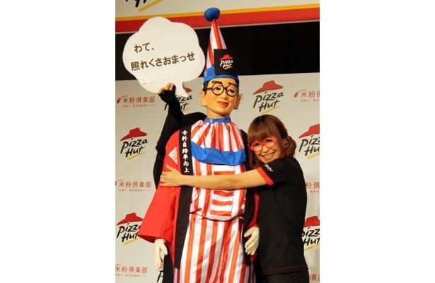 【写真】ギャル曽根がくいだおれ太郎に猛アピール!?