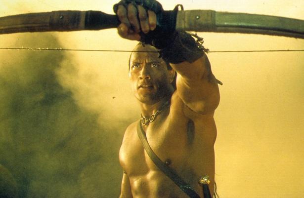 【写真を見る】映画初主演作『スコーピオン・キング』でのロック様。引き締まった肉体美!
