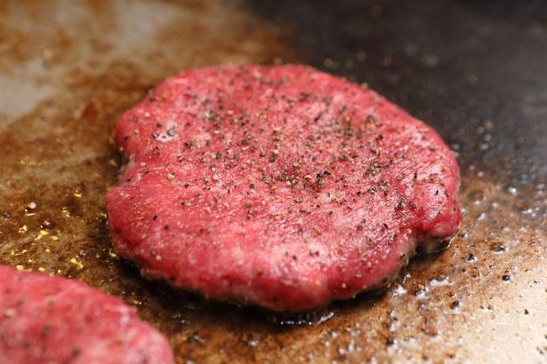 神戸ビーフのスネ肉を使用したパティは濃厚なうま味!