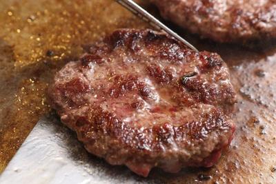 焼き上がったパティからは肉汁が溢れ出す!