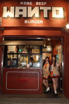 ハンバーガールZのチキンほのか(右)とおさかなあかりん(左)