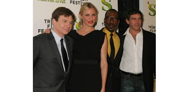 写真左から、マイク・マイヤーズ、キャメロン・ディアス、エディ・マーフィ、アントニオ・バンデラス