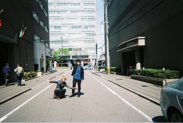 福岡キャンペーン中のMrs. GREEN APPLE 大森元貴(右)と藤澤涼架(左)【B】この写真をサイン入りでプレゼント!