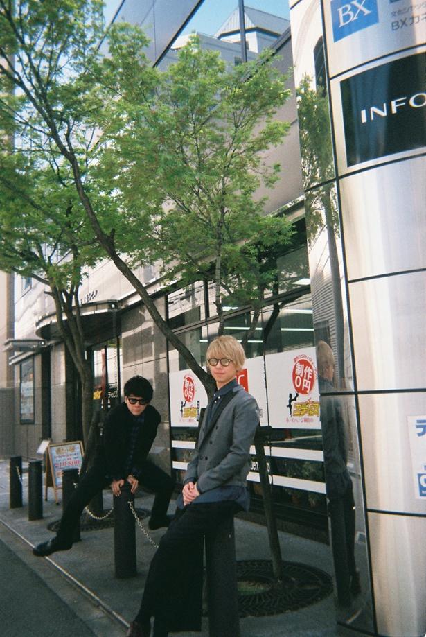 【写真を見る】福岡キャンペーン中のMrs. GREEN APPLE 大森元貴と藤澤涼架を写ルンですで激写!