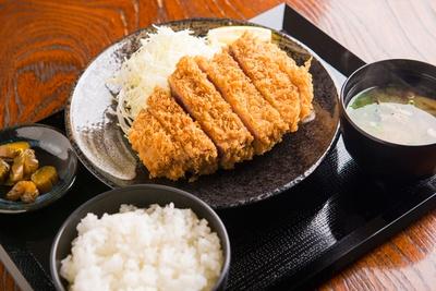 「キセキ定食」は、メインをカツまたはステーキから選べる。価格はどちらも¥1,080で、こちらはカツ。ライスや味噌汁も付いてこの値段は、衝撃のコスパ!