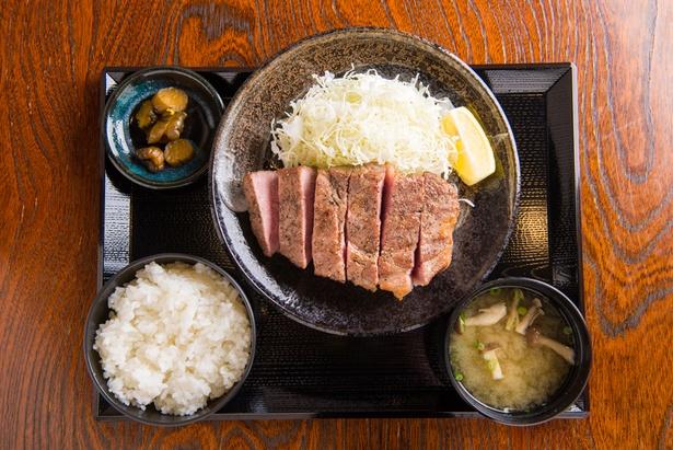 「キセキ定食」1,080円のステーキ。味噌汁には低温熟成させたシメジが入っており、ふくよかな旨味がたっぷり