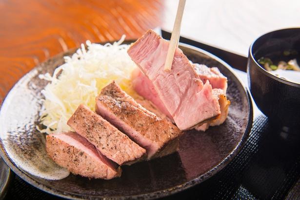 「キセキ定食」1,080円のステーキ。これだけ厚みがありながらも、低温熟成されているため、しっとりしていて抜群に柔らかい