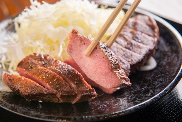 「牛タンすてーき定食」1,836円。タンの先から根元までが使われており、サクっとした部位もしっとりした食感も楽しめる