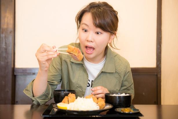 おひとりさま専用Walkerの編集担当・中村茉依も五郎さんを真似ながら実食