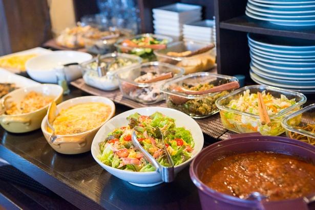 1,500円のバイキングは色とりどりで、和洋中さまざまな内容。野菜がふんだんに使われており、優しい家庭的な味わいも魅力だ