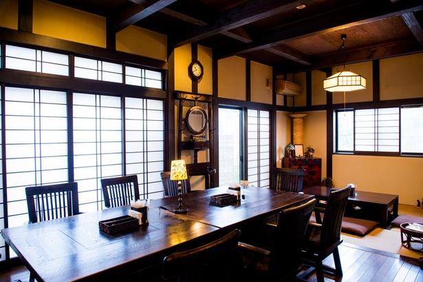 テーブル席と掘り炬燵の座敷がある。おひとりさまがゆったりとくつろげる、温かみのある雰囲気