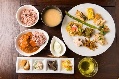 五郎さんが食べた料理とほぼ同じ内容がこちら。器も数タイプ用意されており、自分好みの盛り付けで楽しめる