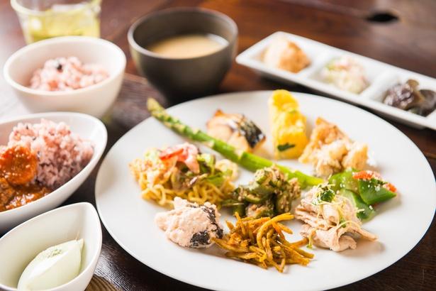 左下に見えるのは、ワサビ塩で食べるのがオススメとして登場した枝豆豆腐
