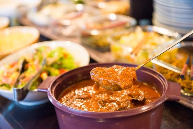 ぜひ食べておきたい希少なメニューが「マフェ」。ギニアの煮込み料理で、インド系のカレーとは一味違う旨味やスパイス感を楽しめる