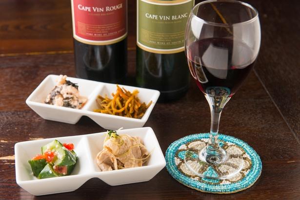 ワインは赤と白があり、どちらもグラス500円。南アフリカ産というのが大きな特徴だ。そのほかビールは小瓶500円、大瓶800円