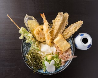 旬の食材が楽しめる「ぶっかけうさぎ」(写真は冷)。この日の野菜天は、芽キャベツとつぼみ菜の串揚げ、レンコン、ナスの3種