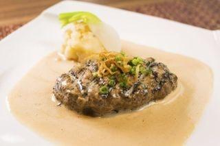 都内のホテル、フレンチレストラン勤務を経て、1986年(昭和61年)、和のテイストを取り入れた創作肉料理を提供する「らいむらいと」を開業し、現在に至る