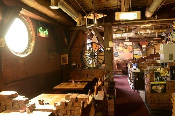 38年もの間渋谷で愛されるハンバーグの名店。内装はオーナー夫妻の手作りだ