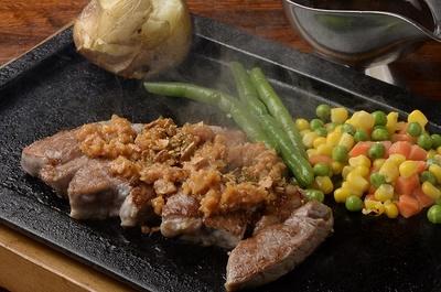 ガーリックステーキ150g(1350円、ディナーの価格)。しっかりめの肉質で、適度に噛みごたえがありながら、やわらかい