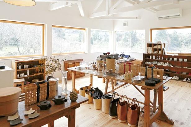 「くらすこと 糸島」の店内には本物志向の生活雑貨が並ぶ
