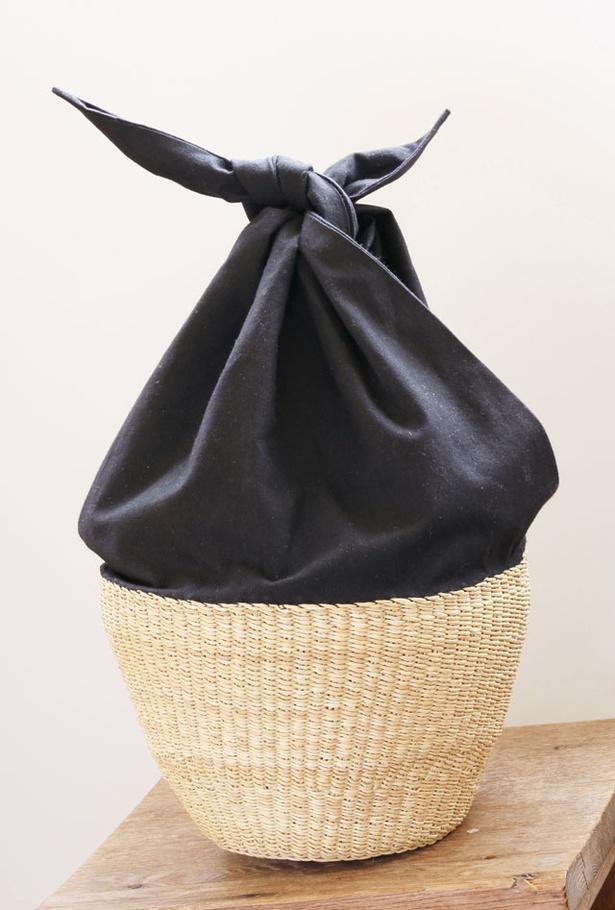 「くらすこと 糸島」の、布とカゴの組み合わせが個性的なバスケット「Muun Basket One Handle(ムーニュ バスケット ワン ハンドル)」(15984円)