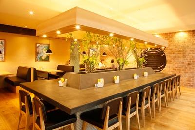 店内中央には大きなダイニングテーブル、サイドにはテーブル席と外の景色が望めるカウンター席がある