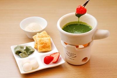 京抹茶のあったかチョコレートフォンデュ(993円)。具材に抹茶チョコをたっぷり絡めて食べよう