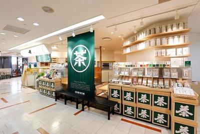 店頭には自社が手がける日本茶がズラリ。テイクアウトできる抹茶スイーツもある