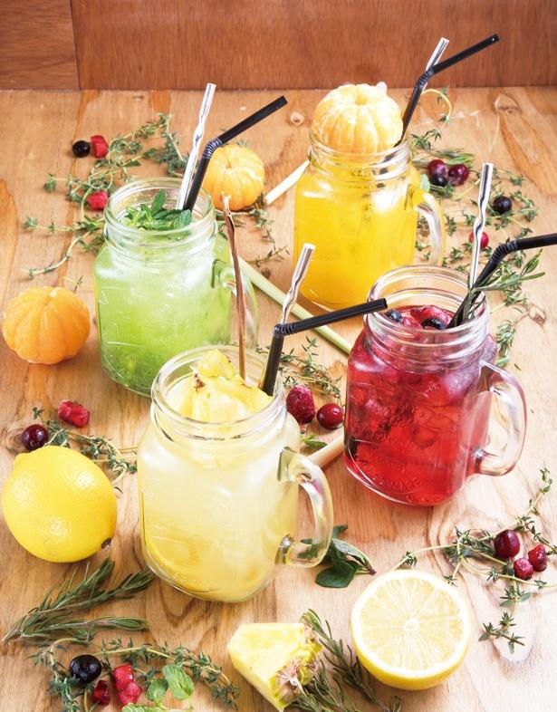 メイソンジャーで飲むカクテル(734円)。手前の「パイナップル&レモングラス」(734円)は、ラム酒が香る南国風です