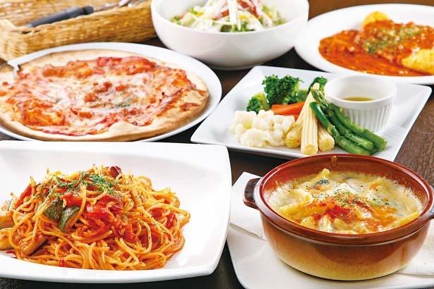 「完熟トマトのモッツァレラチーズパスタ」(手前左)など70種類以上のメニューが食べ放題に!