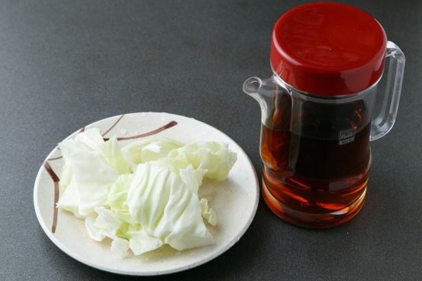 酢ダレはポン酢とレモンを合わせた自家製。キャベツはおかわり自由