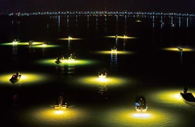 徳島市内の吉野川下流の橋の上から撮影。意外と船の動きが早いので、シャッタースピードを遅くし過ぎると写真がブレるので注意