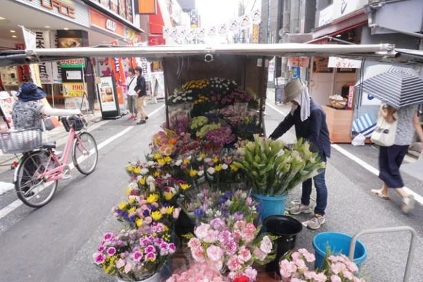 季節の花々を販売する店もある