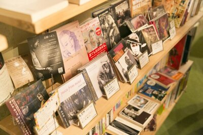 レトロな本、CDも置かれる