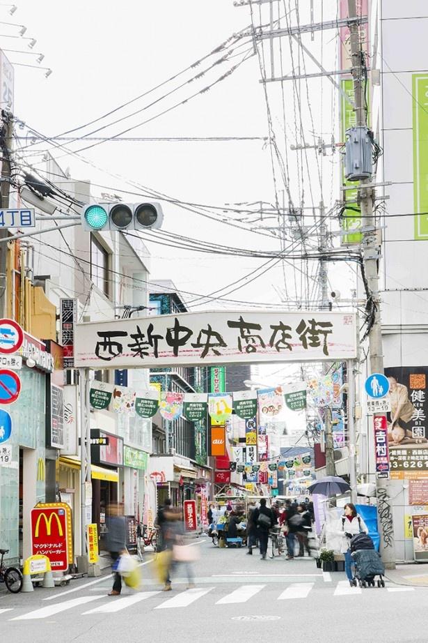 通りは連日大勢の人でにぎわう。歩行者天国にリヤカーの店舗が登場