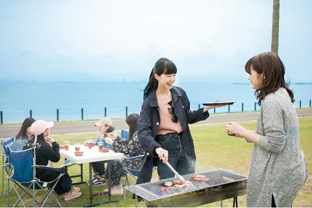【写真を見る】海風にあたりながらのBBQは最高!「海の中道海浜公園 」